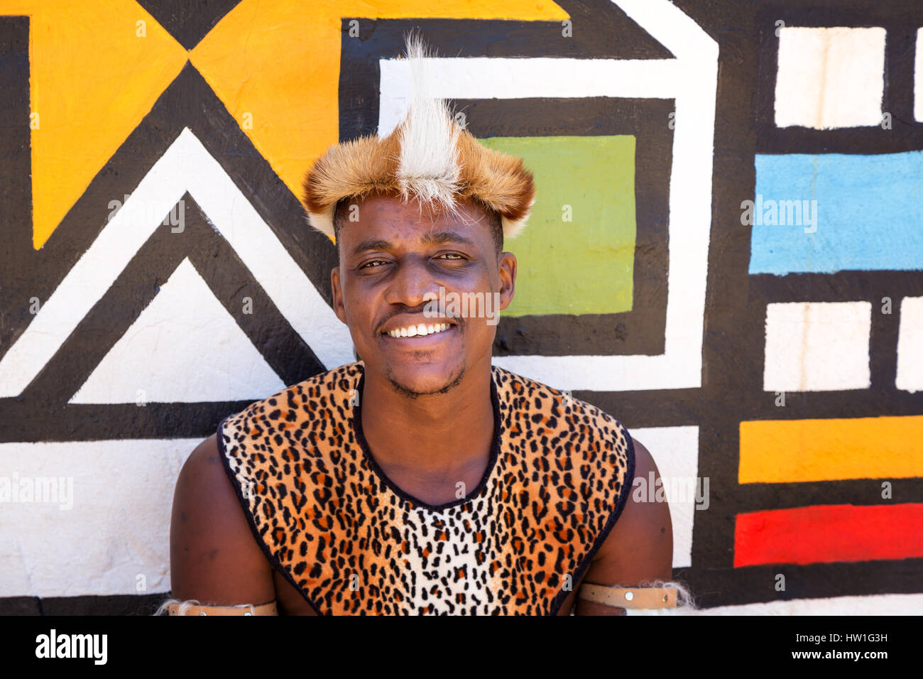 El Poblado Cultural de Lesedi, SUDÁFRICA - 4 de noviembre de 2016: Retrato de un guerrero Zulú vistiendo la piel de impala tocado. Zulu es una de las cinco tribus principales Foto de stock