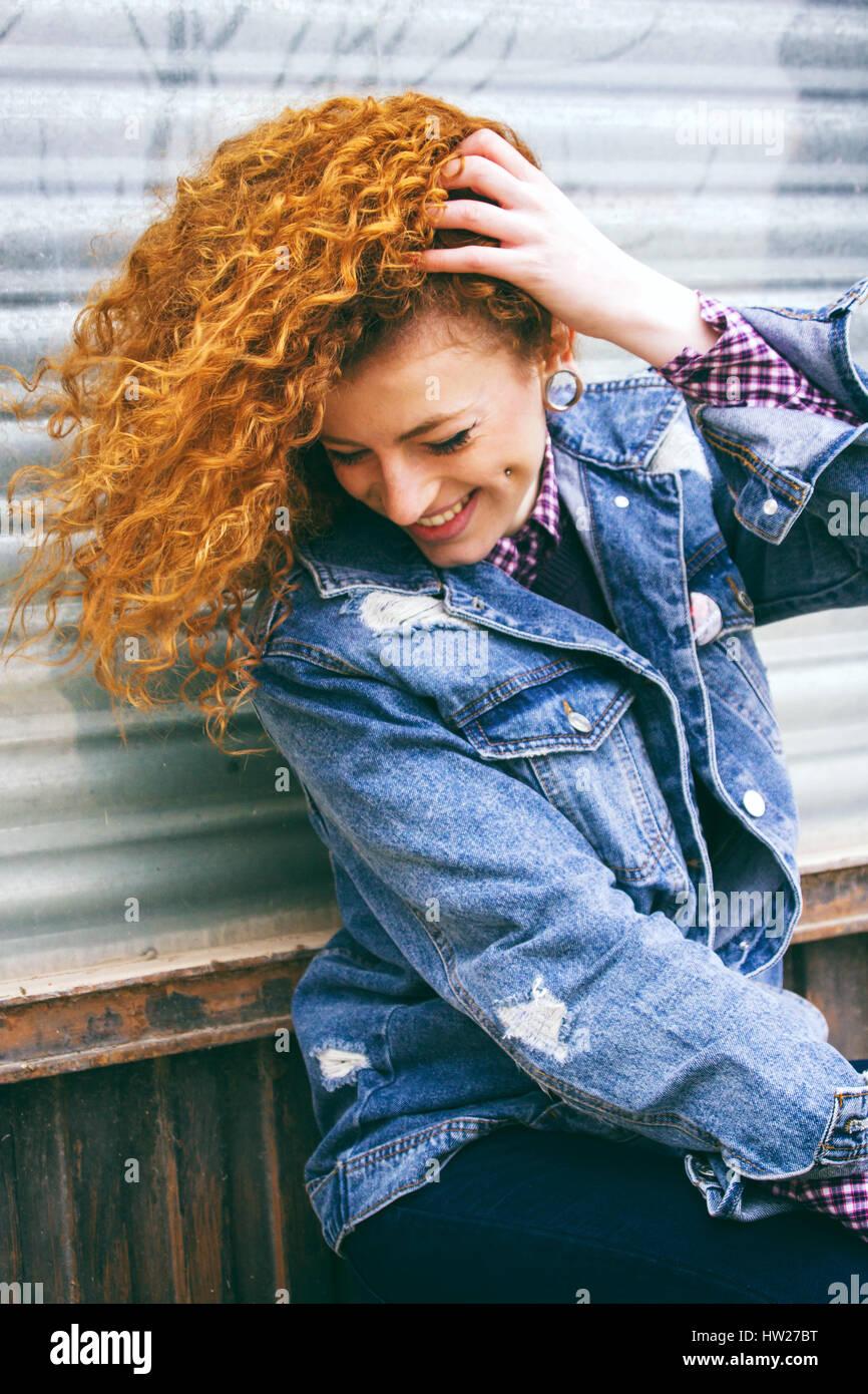 Retrato de una joven pelirroja mujer grunge Imagen De Stock