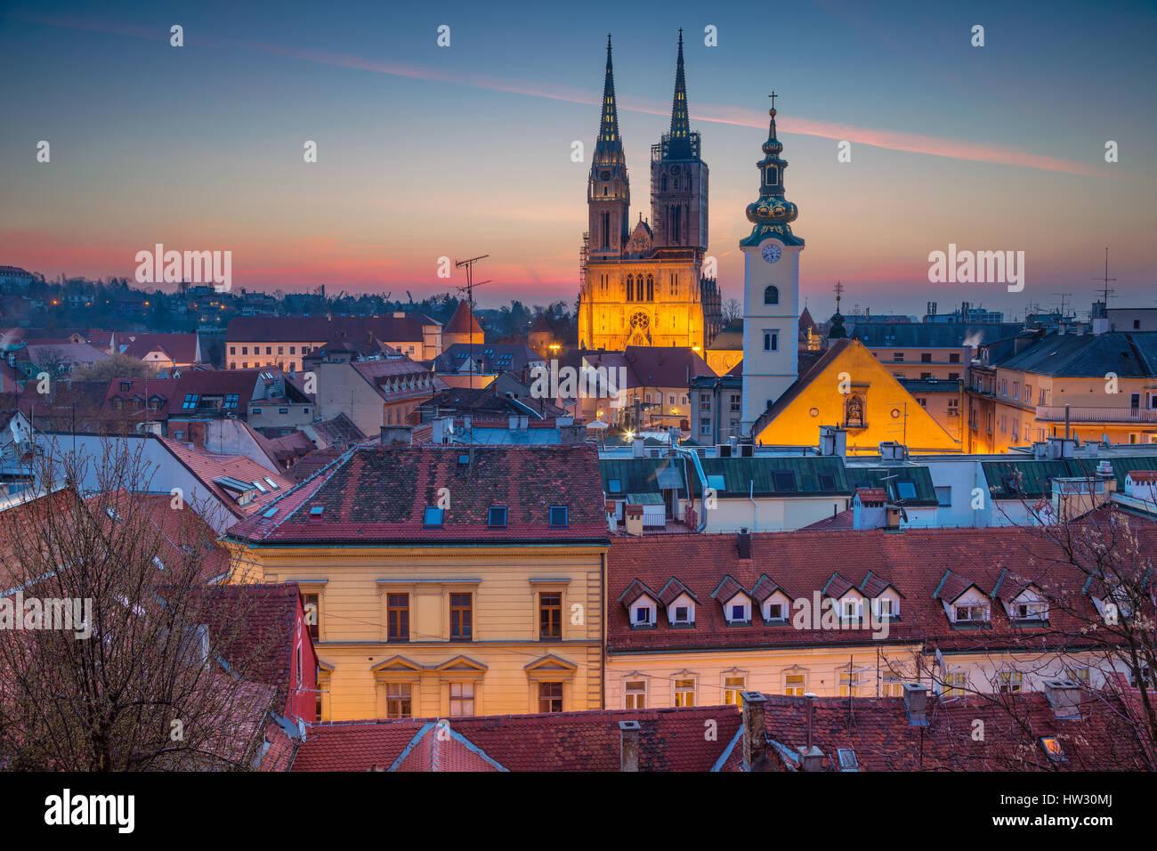 Zagreb. Imagen del paisaje urbano de Zagreb, Croacia, durante la hora azul crepúsculo. Imagen De Stock