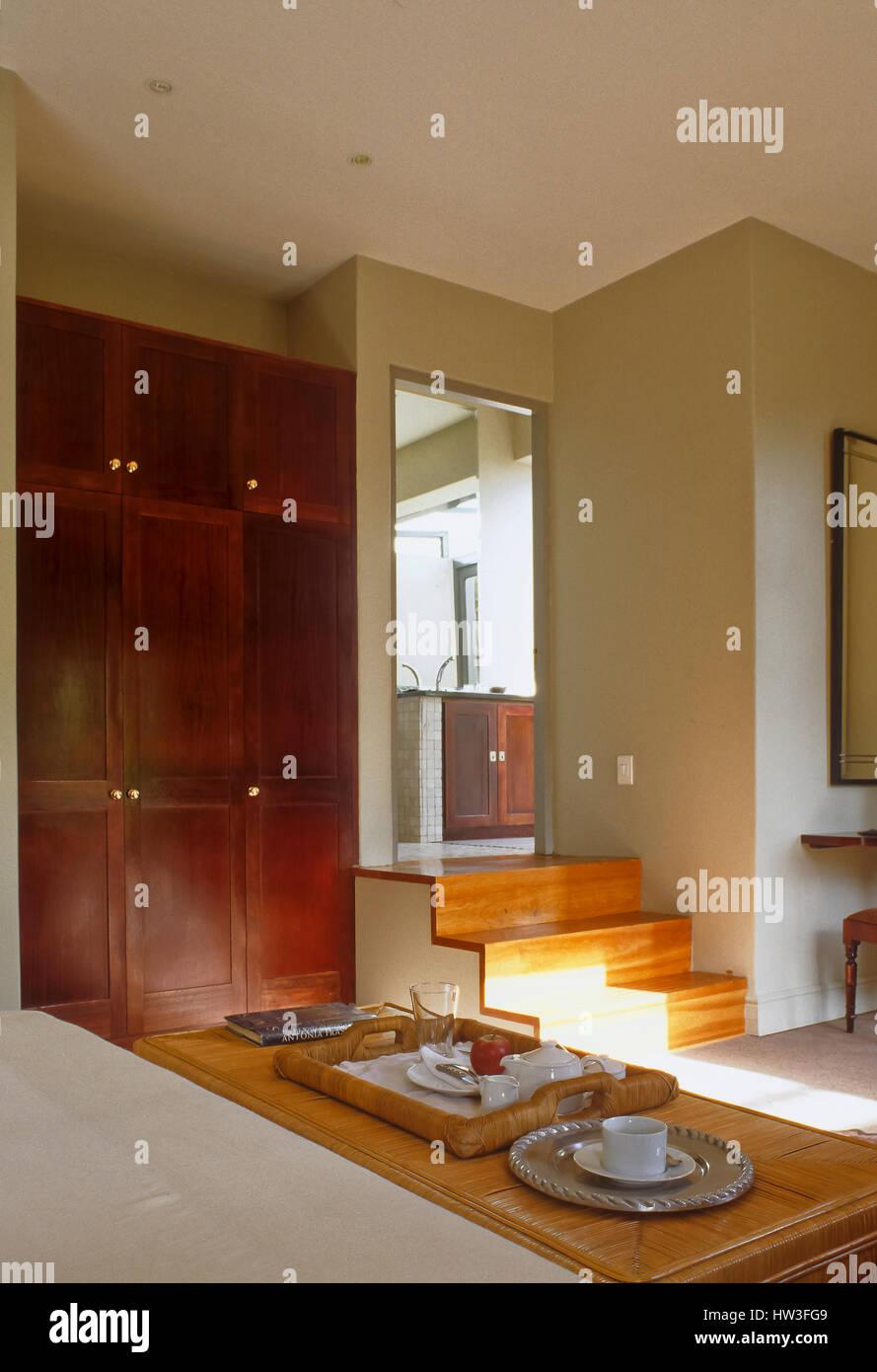 Almacenamiento simplistas y una mesa de café en el salón. Imagen De Stock