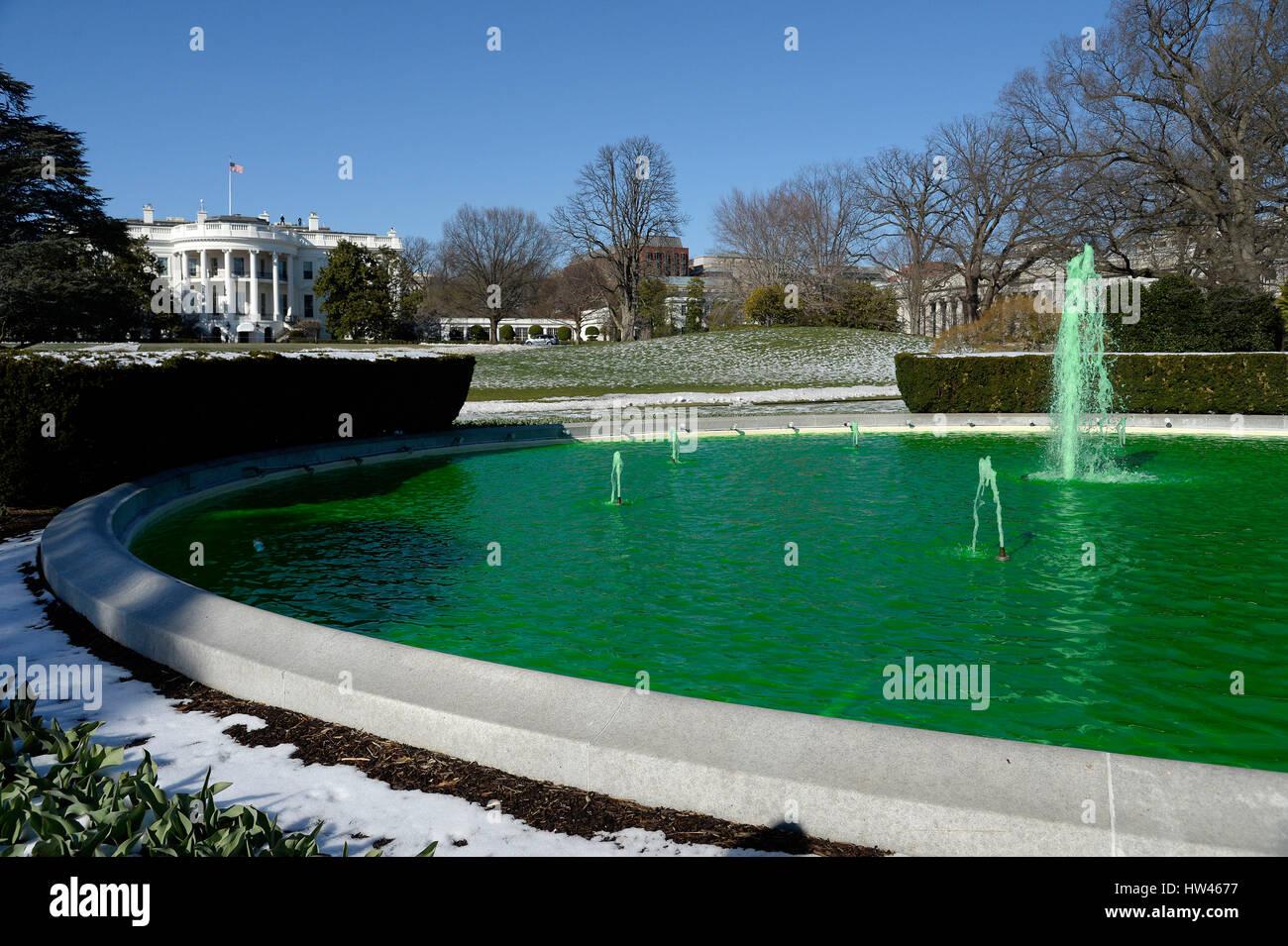 Washington, DC. 16 Mar, 2017. Fuente en el lado sur de la Casa Blanca se tiñen de verde para el Día de Imagen De Stock