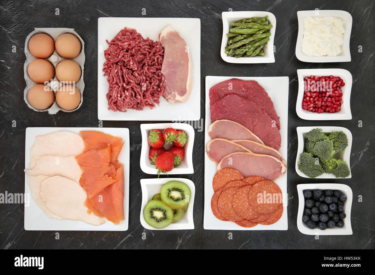 El edificio del cuerpo alimentos con carne, pescado, productos lácteos, frutas y hortalizas en China platos. Imagen De Stock