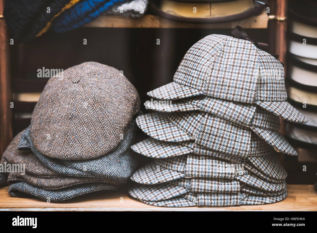 Deerstalker sombreros y otros sombreros británico en una tienda en Londres. ce3527457b4
