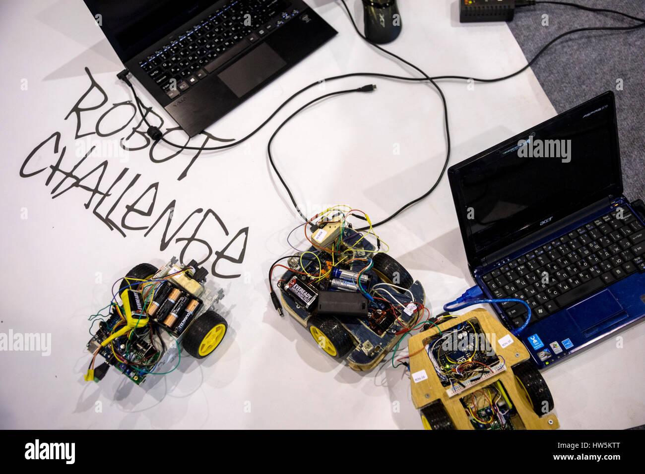 Los robots de la competencia en el marco del 9º festival All-Russian sobre robótica RoboFest sobre VDNKh en Moscú, Foto de stock