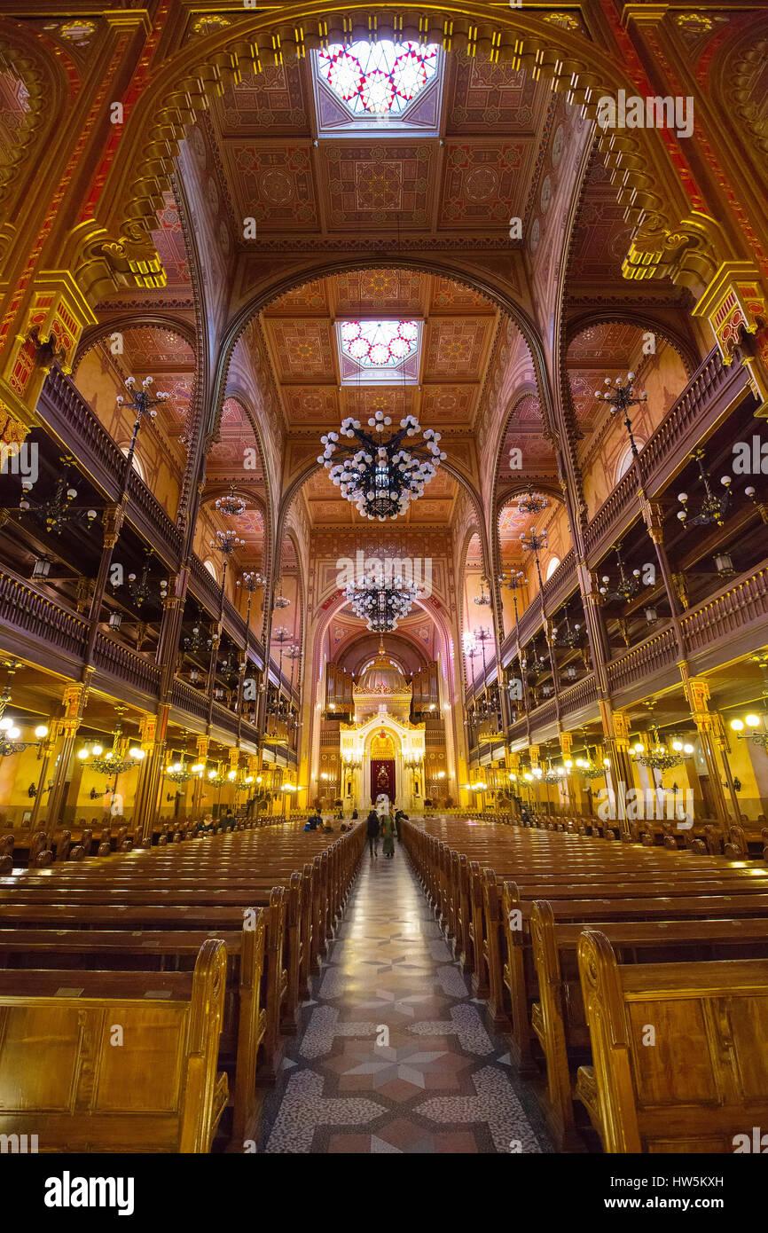 Interior de la calle Dohány o Gran Sinagoga Judía nagy zsinagóga. La segunda sinagoga más grande en el mundo construido en estilo Renacimiento Moro. Buda. Foto de stock