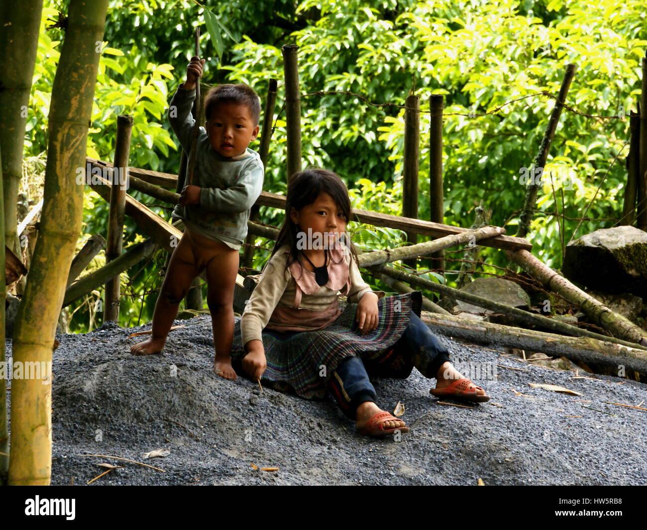 Los niños vietnamitas. Las minorías nacionales en Sapa. Hermano y hermana, están jugando en la naturaleza. Imagen De Stock