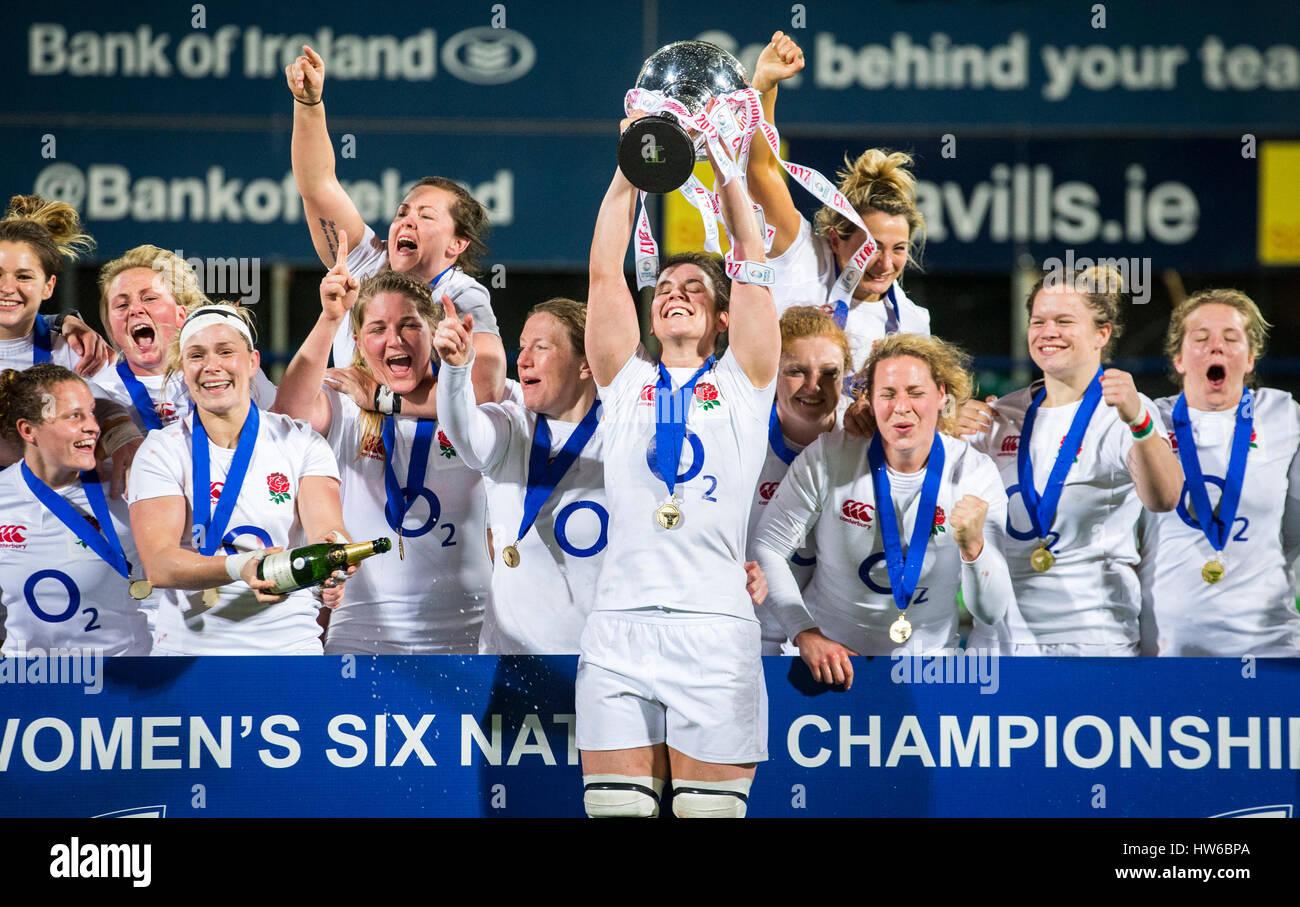 Inglaterra capitán Sarah Hunter levanta el trofeo de las seis naciones como ella celebra con sus compañeros de equipo Foto de stock