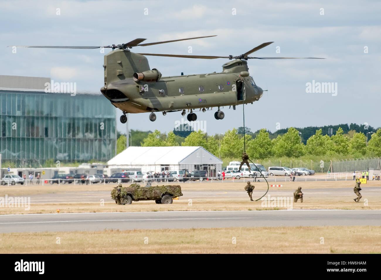 RAF helicópteros Chinook dando un vehículo y el despliegue de tropas demostración en el Salón Imagen De Stock