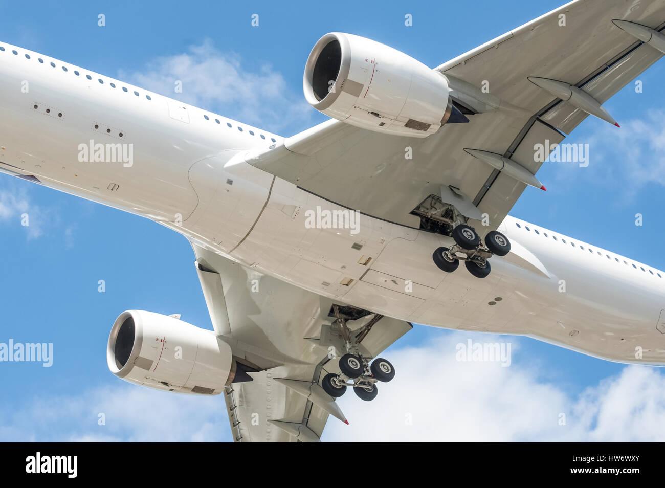 Primer plano de un gran tren de aterrizaje de aviones de pasajeros - sin marcas visibles Imagen De Stock