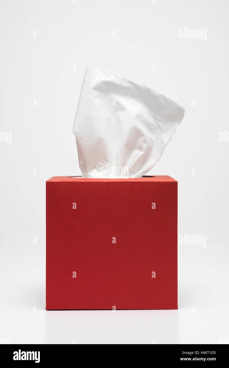 Caja de pañuelos rojos con un trazado de recorte Foto de stock