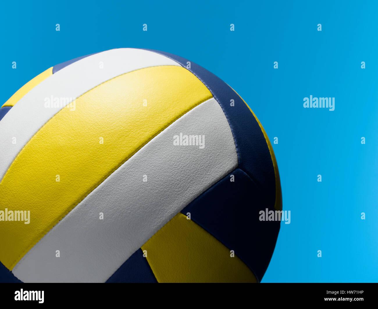 Voleibol ball sobre azul Foto de stock