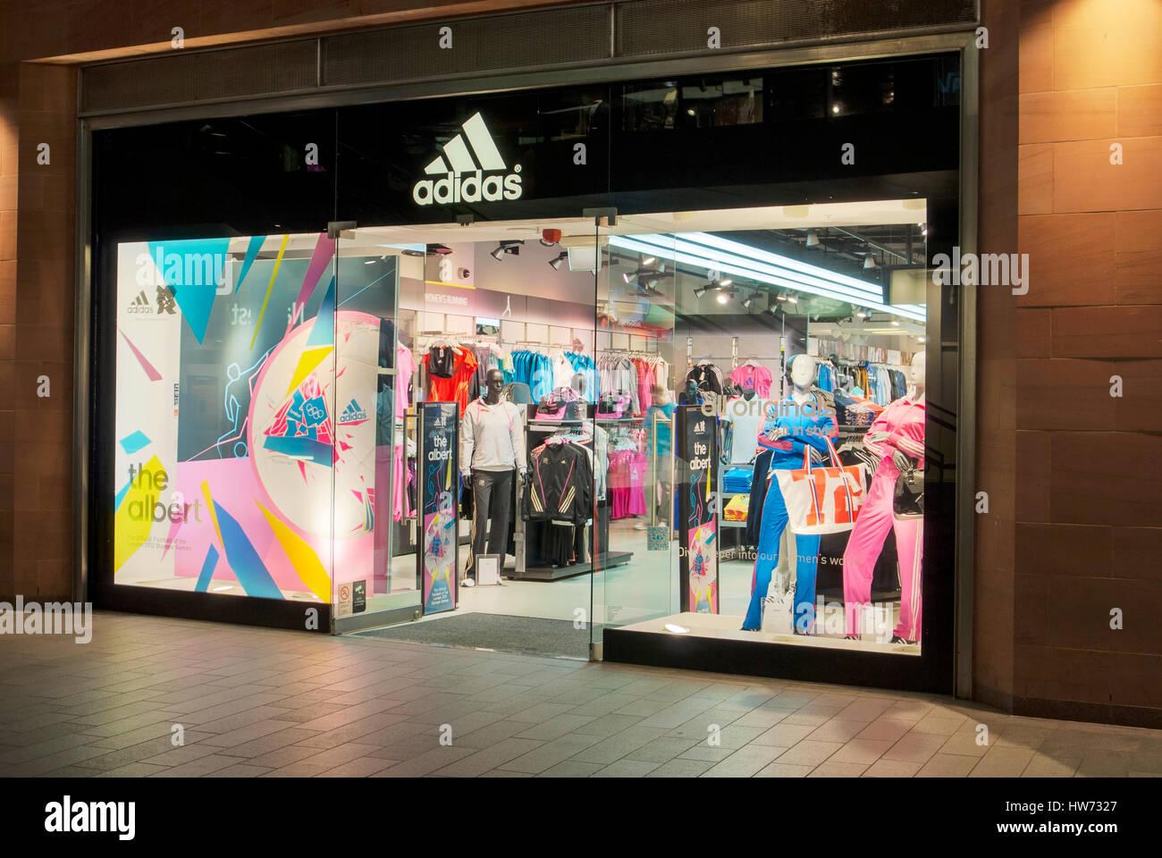 quality design dba6b a60a9 Tienda de deportes Adidas iluminados durante la noche. Imagen De Stock