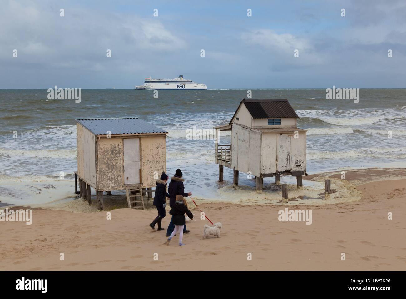 Francia, Pas de Calais Calais, cabañas de playa afectados por el mar durante las mareas altas Imagen De Stock