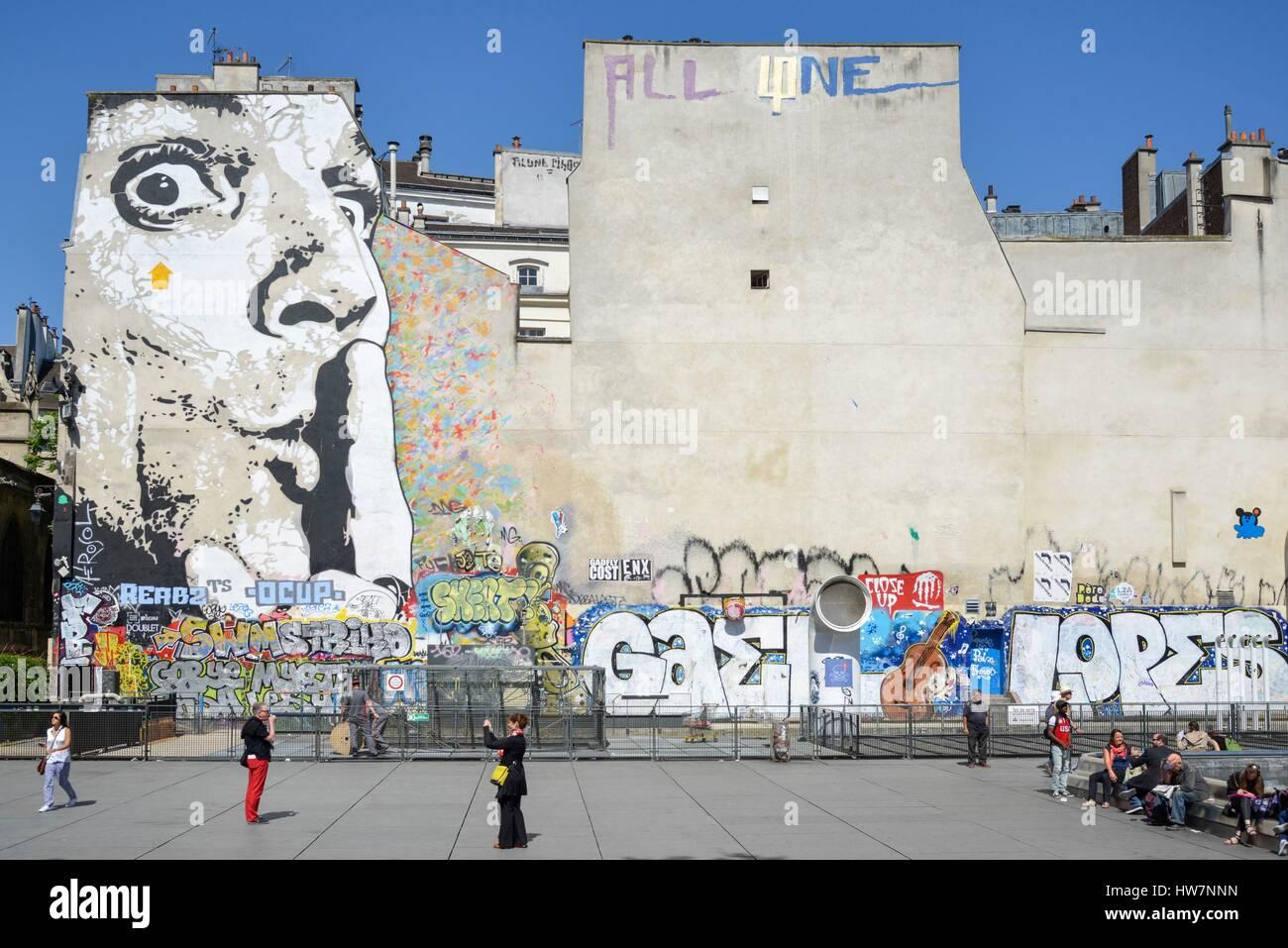 Francia, Paris, Place Igor Stravinsky, ir y venir de caminantes delante de una pared pintada con un mural de Jef Imagen De Stock