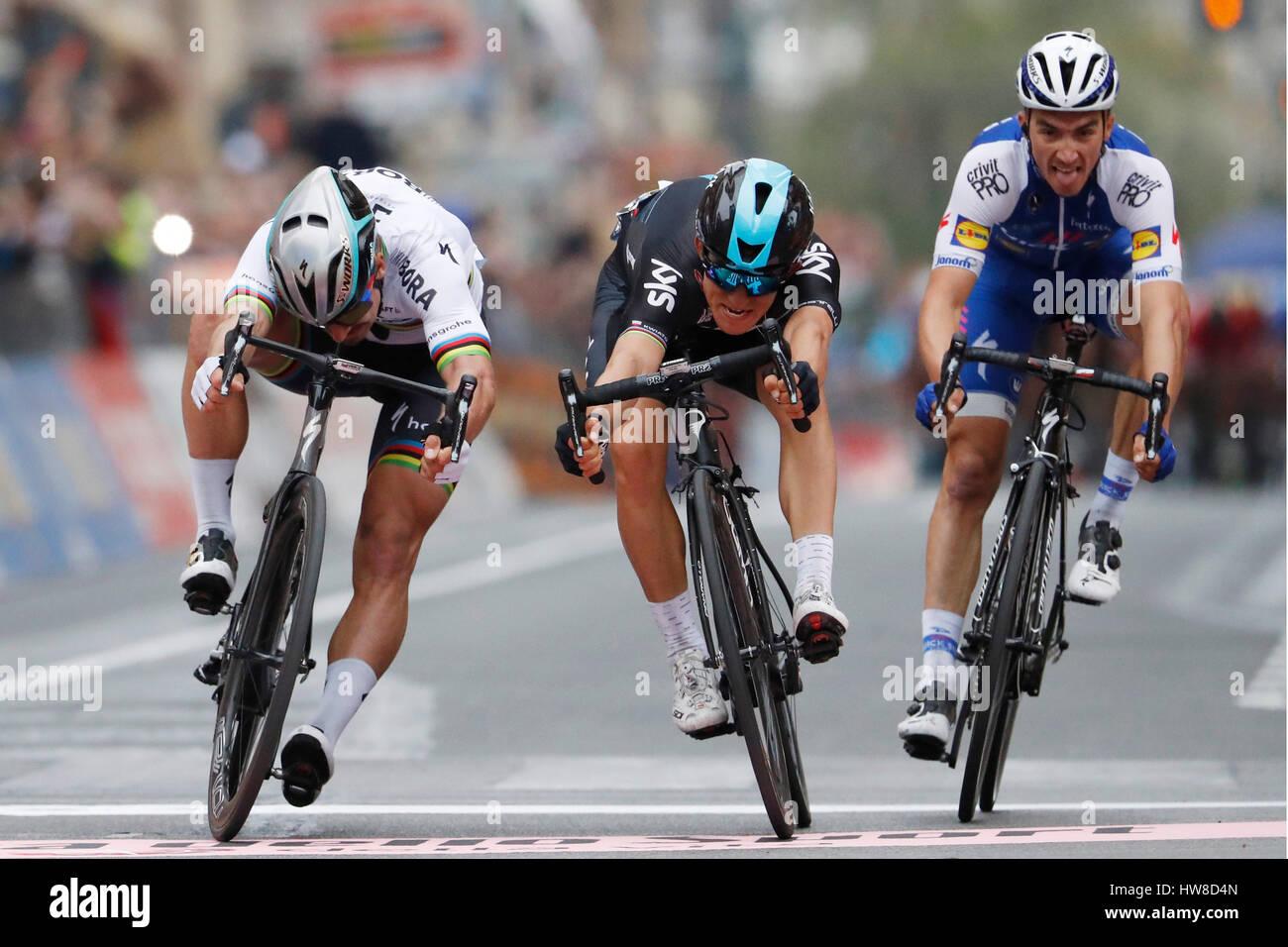 18 de marzo de 2017 108Milano - Sanremo 1ª : Michal KWIATKOWSKI (POL) Sky 2ª : Peter Sagan (ESK) Bora - Hansgrohe Foto de stock