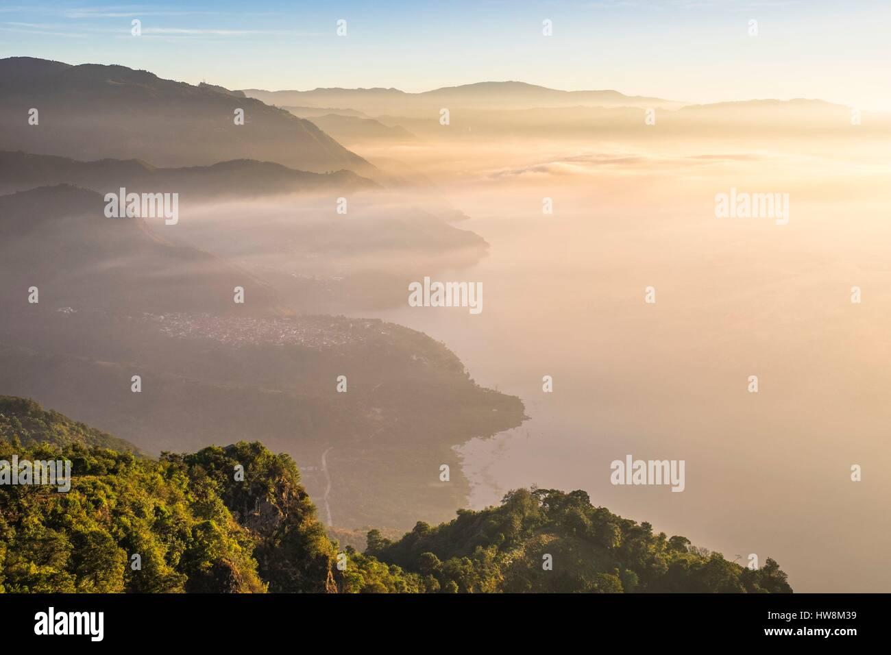 Guatemala, departamento de Sololá, el amanecer desde Cerro Rupalaj ...