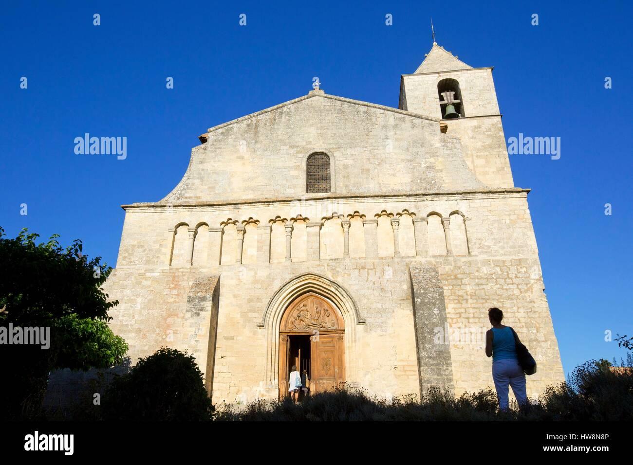 Francia, Vaucluse, parque regional de Luberon, Saignon, iglesia románica de Nuestra Señora de la Piedad) Imagen De Stock