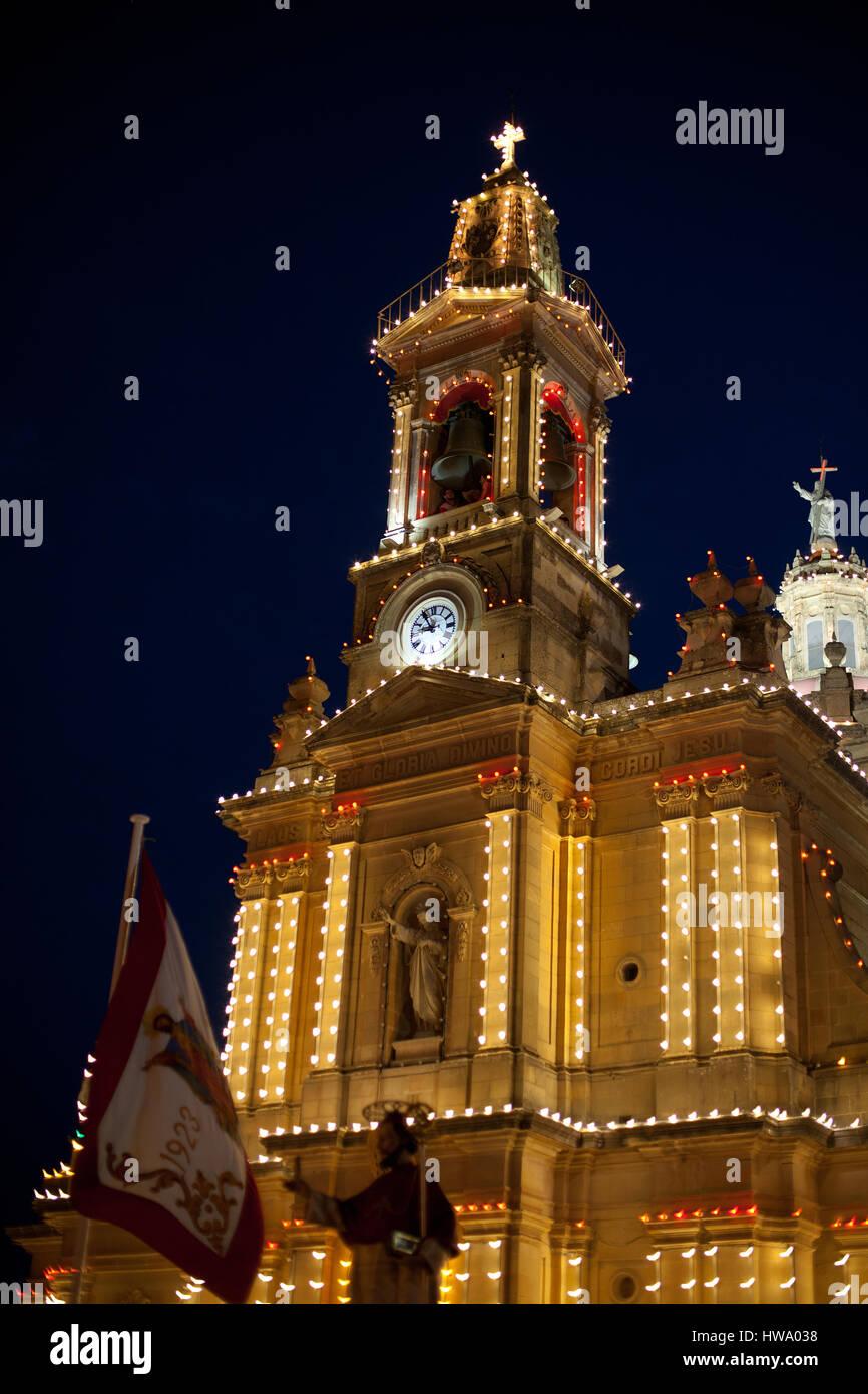 Iglesia del Sagrado Corazón de Jesús está iluminado por la noche para celebrar los festivale Foto de stock