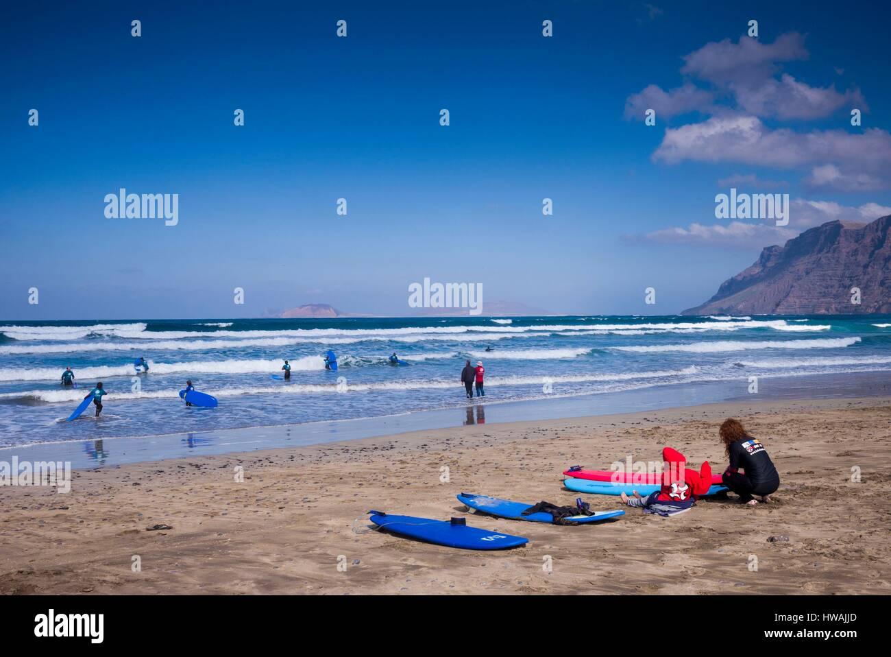Lanzarote Caleta De Famara Imágenes De Stock   Lanzarote Caleta De ... b97858f4377