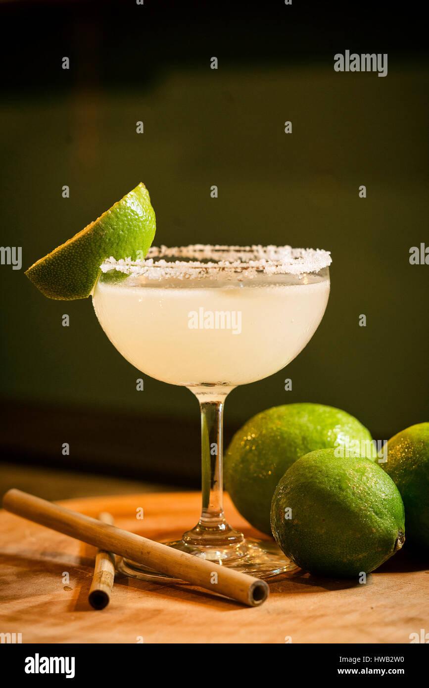 Lemon Lime mexicana tequila margarita cóctel en el moderno bar Imagen De Stock