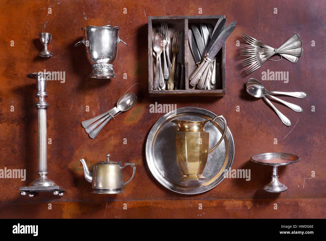 Surtido de utensilios de plata dispuestas en madera con vajilla, candelabro, cubo de hielo, huevera con bandeja, Foto de stock