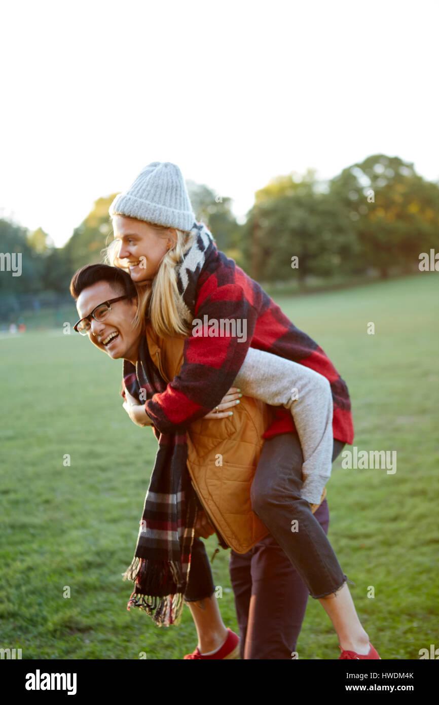 Hombre haciendo novia a cuestas en estacionamiento Imagen De Stock