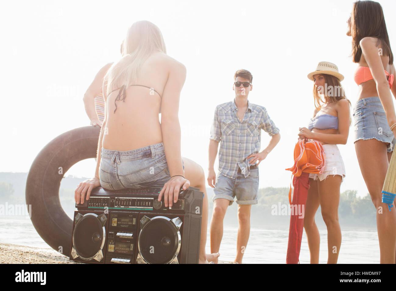 Grupo de amigos disfrutando de las fiestas en la playa Imagen De Stock