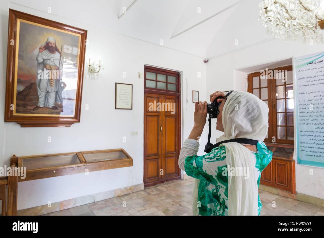 Irán, en el centro de Irán, Yazd, Ateshkadeh zoroástrica, Templo de fuego, retrato de Zaratustra, profeta y mujer fotógrafo Foto de stock