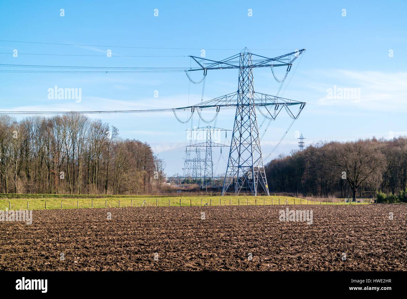 Cables de alta tensión de power station Clauscentrale cerca Maasbracht en la provincia de Limburg, Países Imagen De Stock