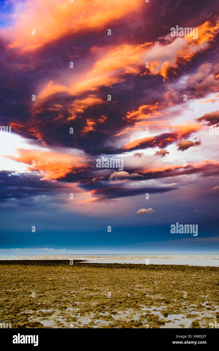Hermosas formaciones nubosas durante el atardecer en la playa de Kina, Nueva Zelanda Imagen De Stock