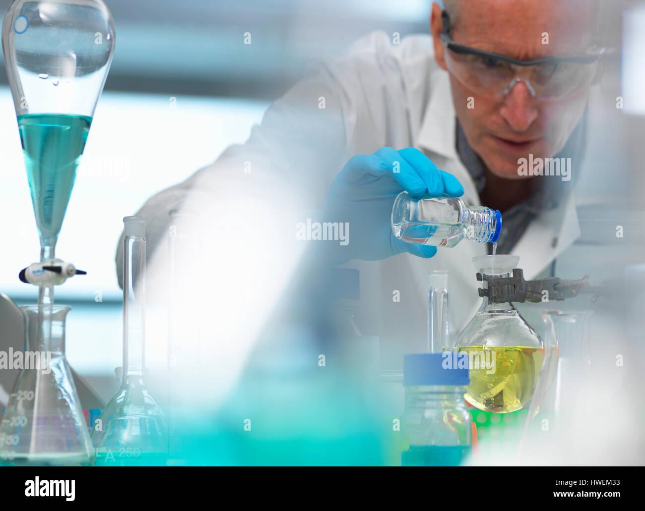 La biotecnología, el científico preparando una fórmula química durante un experimento en el Imagen De Stock