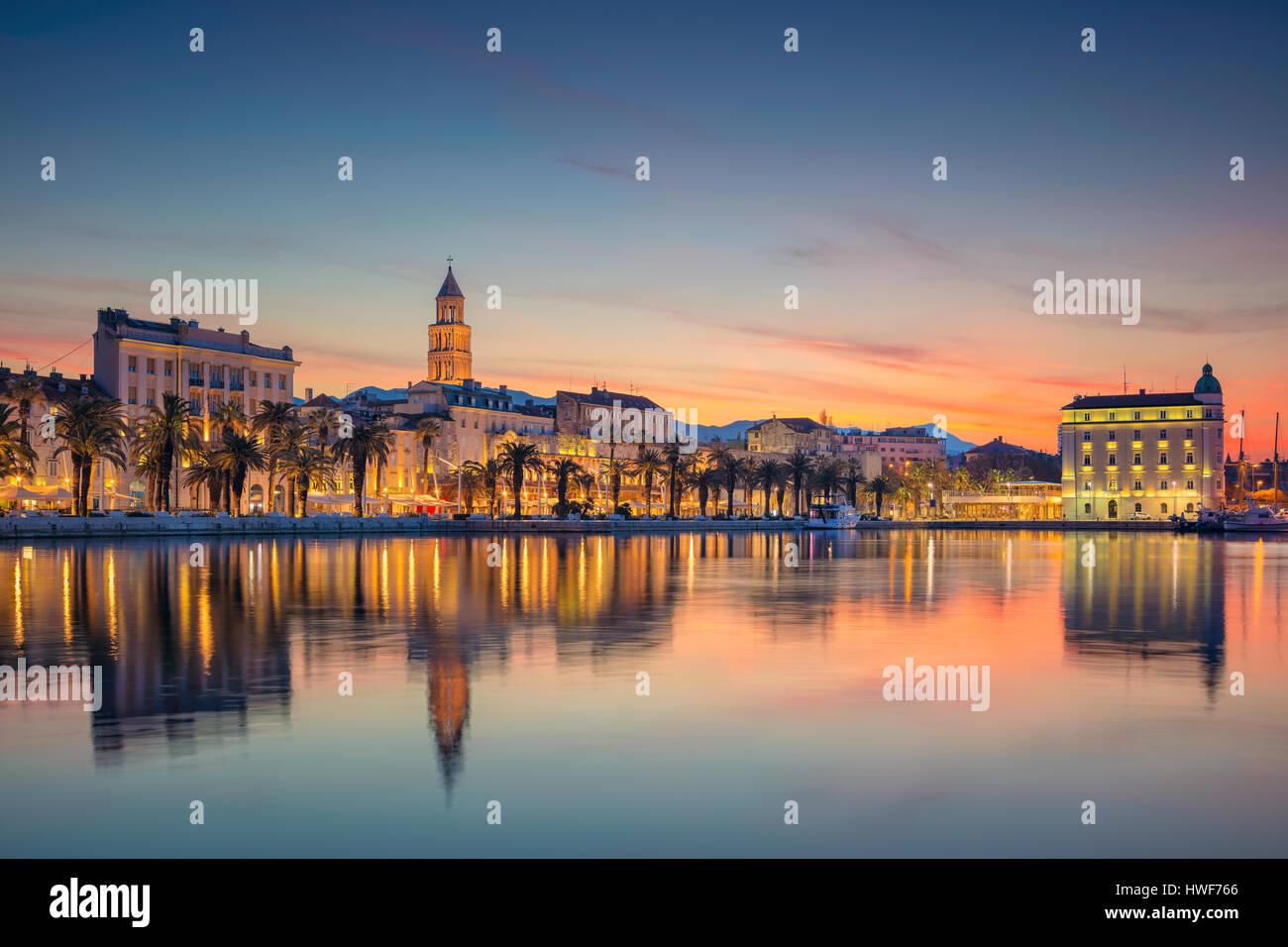 Split. Bonito y romántico casco antiguo de Split en bellos amaneceres. Croacia, Europa. Foto de stock