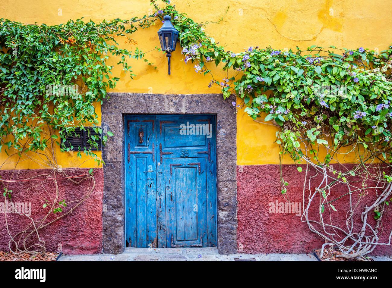Una colorida casa adorna una de las calles de atrás durante la época colonial de San Miguel de Allende, Imagen De Stock