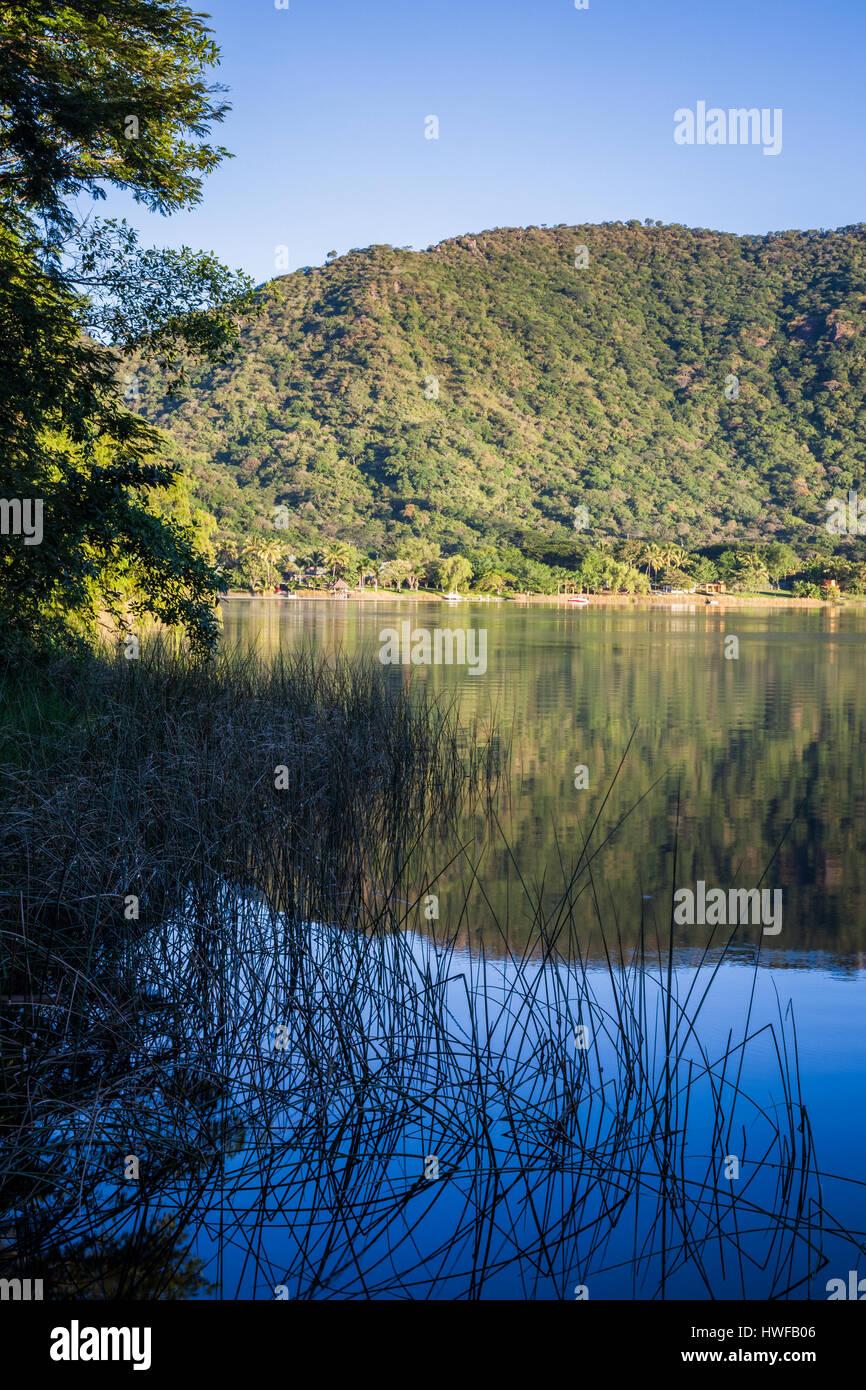 Por la tarde cerca de la orilla de la laguna de Santa María del Oro en Nayarit, México. Imagen De Stock