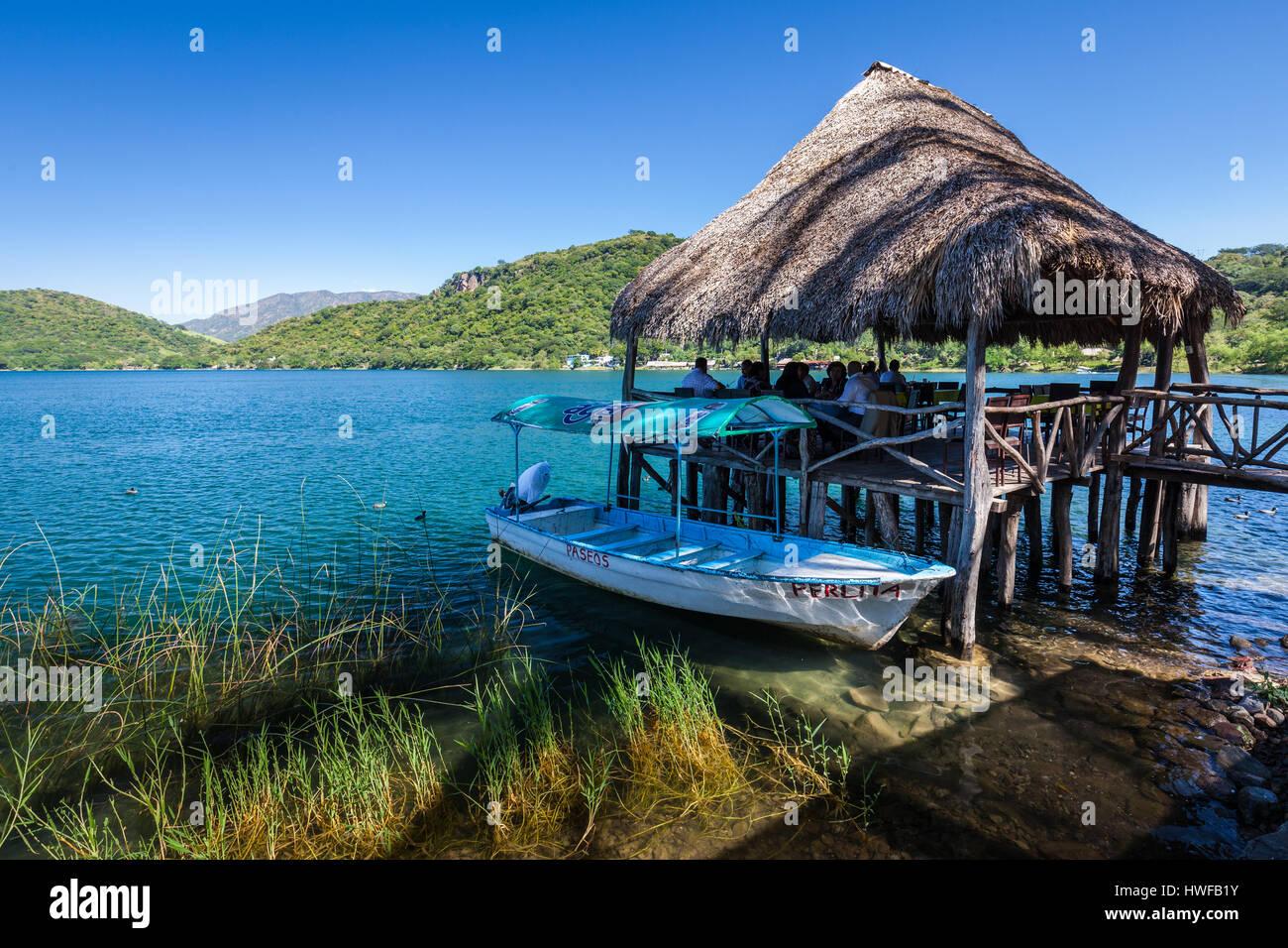 Palapa restaurante de mariscos en el lago de Santa María del Oro en Nayarit, México. Imagen De Stock