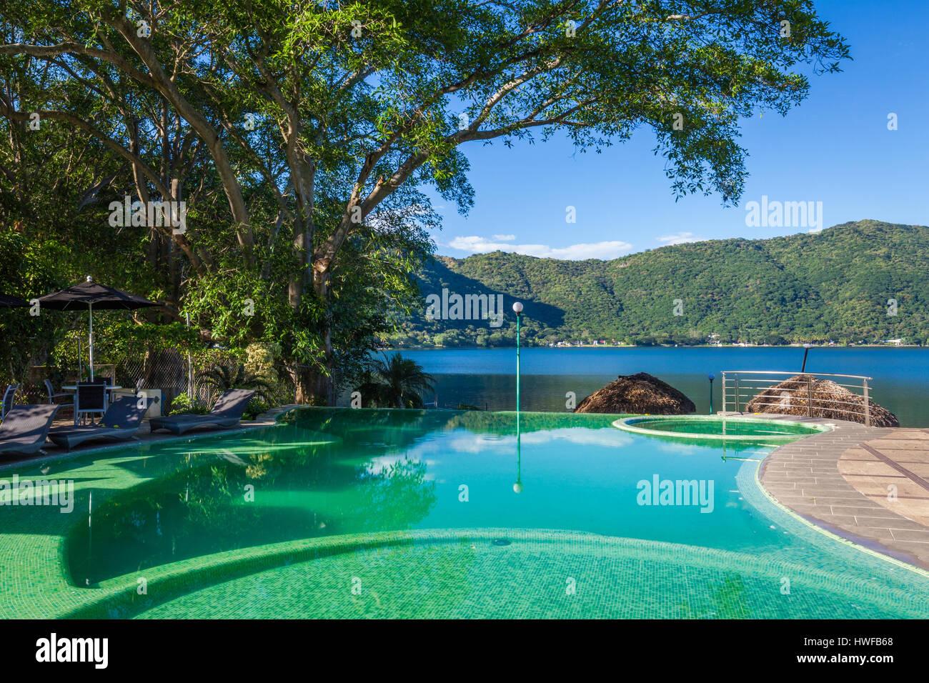 Piscina infinity en el lago de Santa María del Oro en Nayarit, México. Imagen De Stock