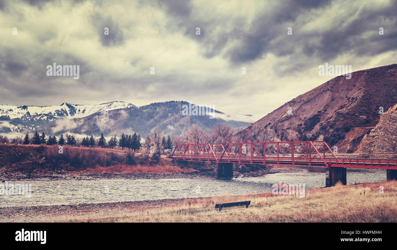 Puente Rojo en montañas Rocosas, la tonalidad de color aplicado, Colorado, Estados Unidos. Imagen De Stock