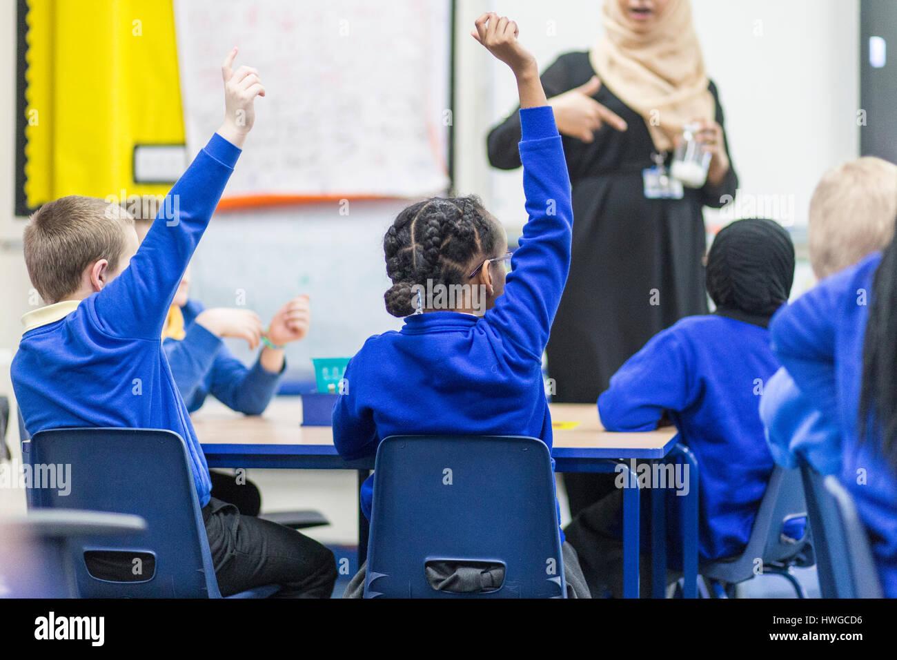 Vista general de inglés un aula de escuela primaria durante una lección Foto de stock