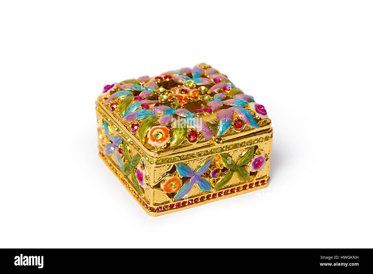 43bab67d34fc Caja de joyas. Cofre de oro con piedras preciosas. Hermosas joyas  artesanales cajas sobre un fondo blanco.