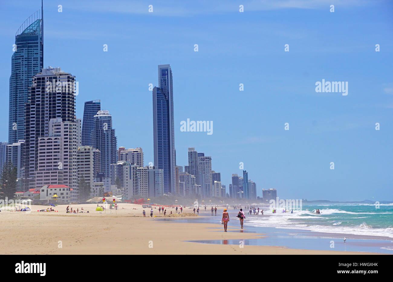 Bañistas en la playa de Surfers Paradise, Queensland, Australia. Imagen De Stock