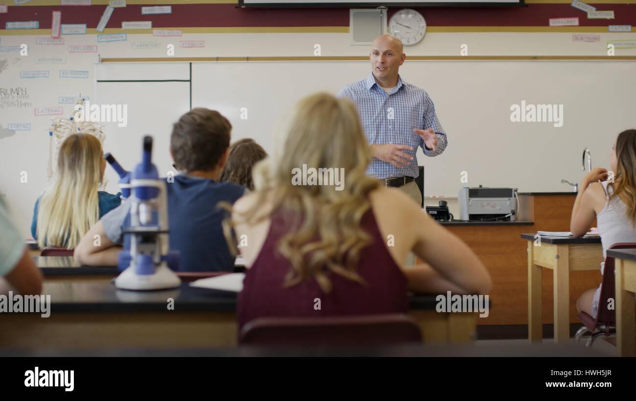 El enfoque selectivo vista de profesor instruya a los alumnos en el laboratorio de ciencias aula Imagen De Stock