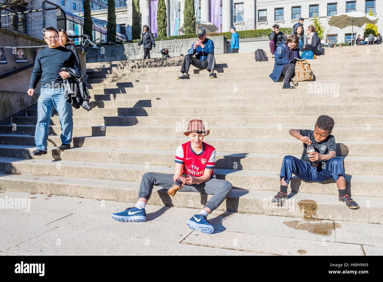 Los niños agitando refrescos Coca cola botellas de coque, Vancouver, British Columbia, Canadá. Foto de stock