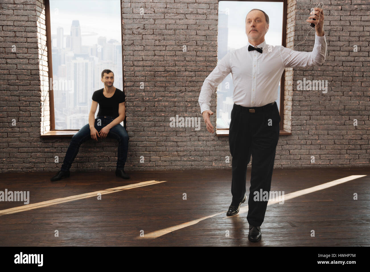 Observar y analizar los estudiantes éxitos . Observador atento profesional instructor de baile anciano vals Imagen De Stock