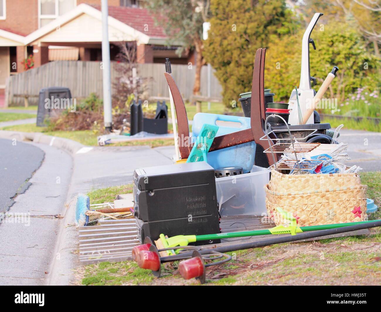 Disco basura a un costado de la carretera en una zona residencial de Melbourne. Imagen De Stock