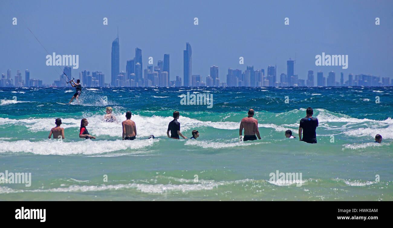 Horizonte de Surfer's Paradise en Coolangatta Beach, Queensland, Australia. Imagen De Stock