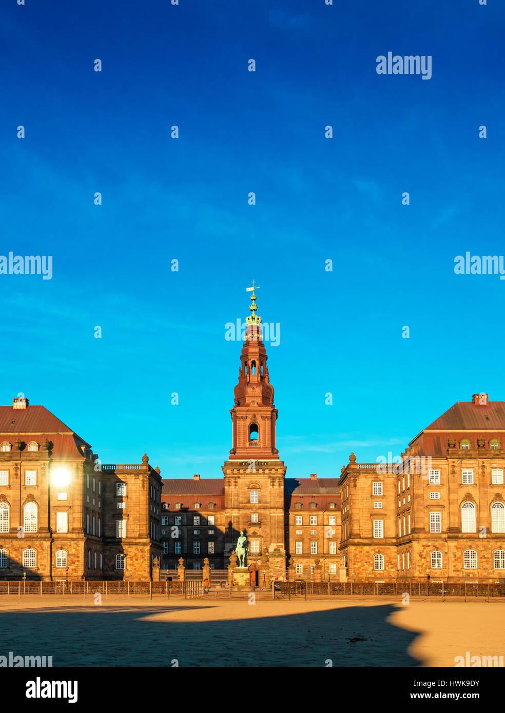 Copenhague, Dinamarca - 11 de marzo de 2017: Christiansborg Palace en Copenhague, Dinamarca, el edificio del parlamento danés. Foto de stock