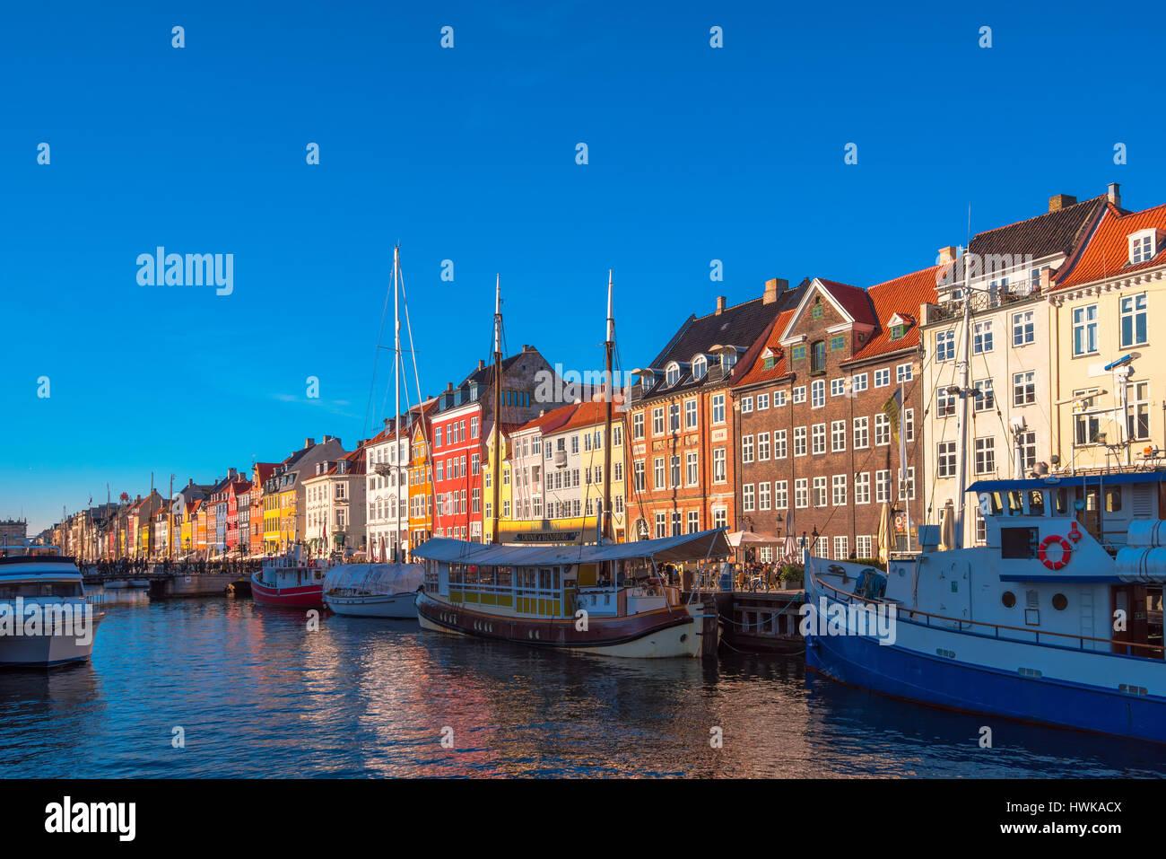 Copenhague, Dinamarca - 11 de marzo de 2017: canal de Nyhavn en Copenhague y del paseo, con sus coloridas fachadas, siglo xvii waterfront Foto de stock