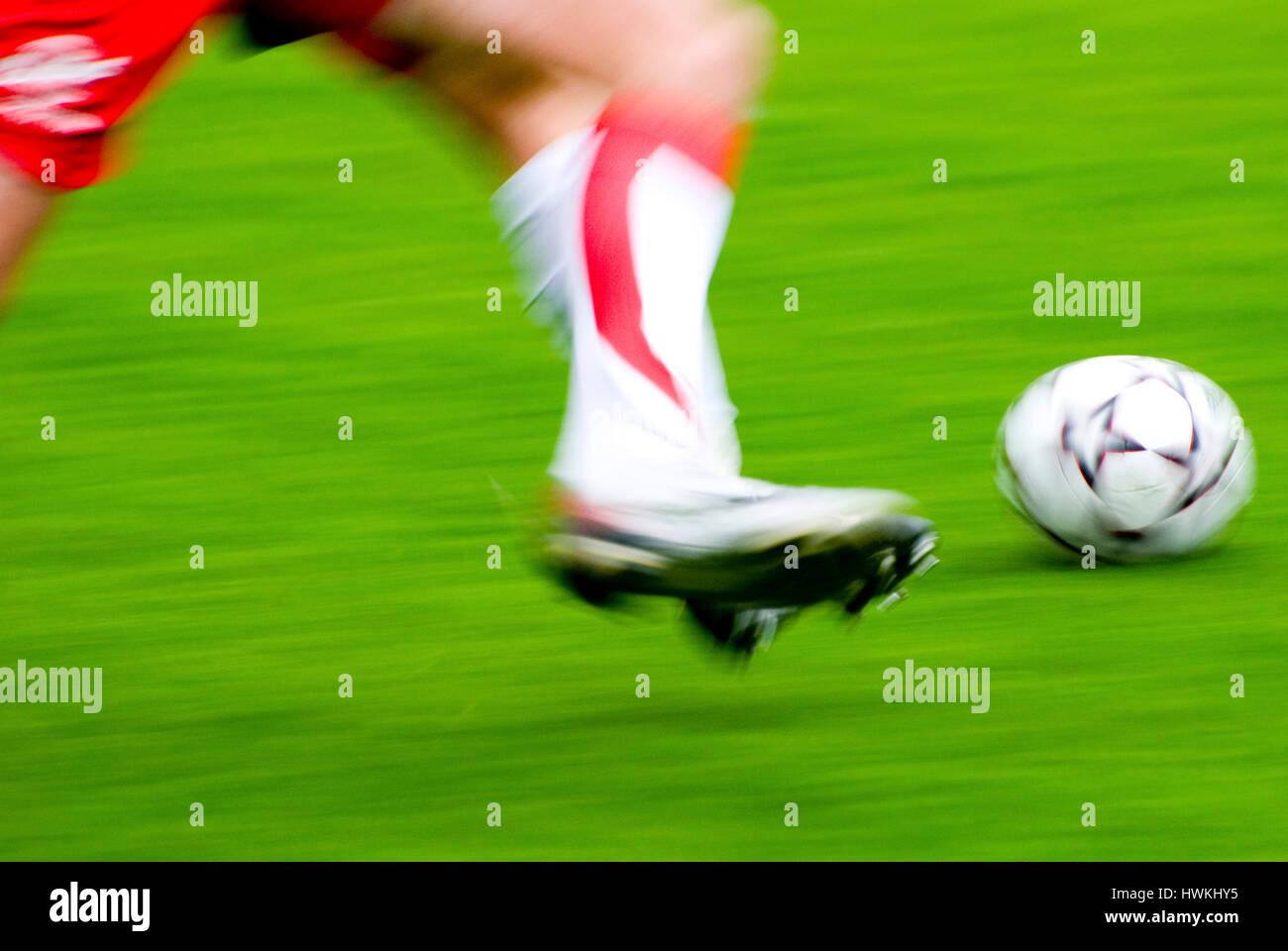 Las piernas del jugador de fútbol durante un partido, el efecto Desenfoque de movimiento Foto de stock