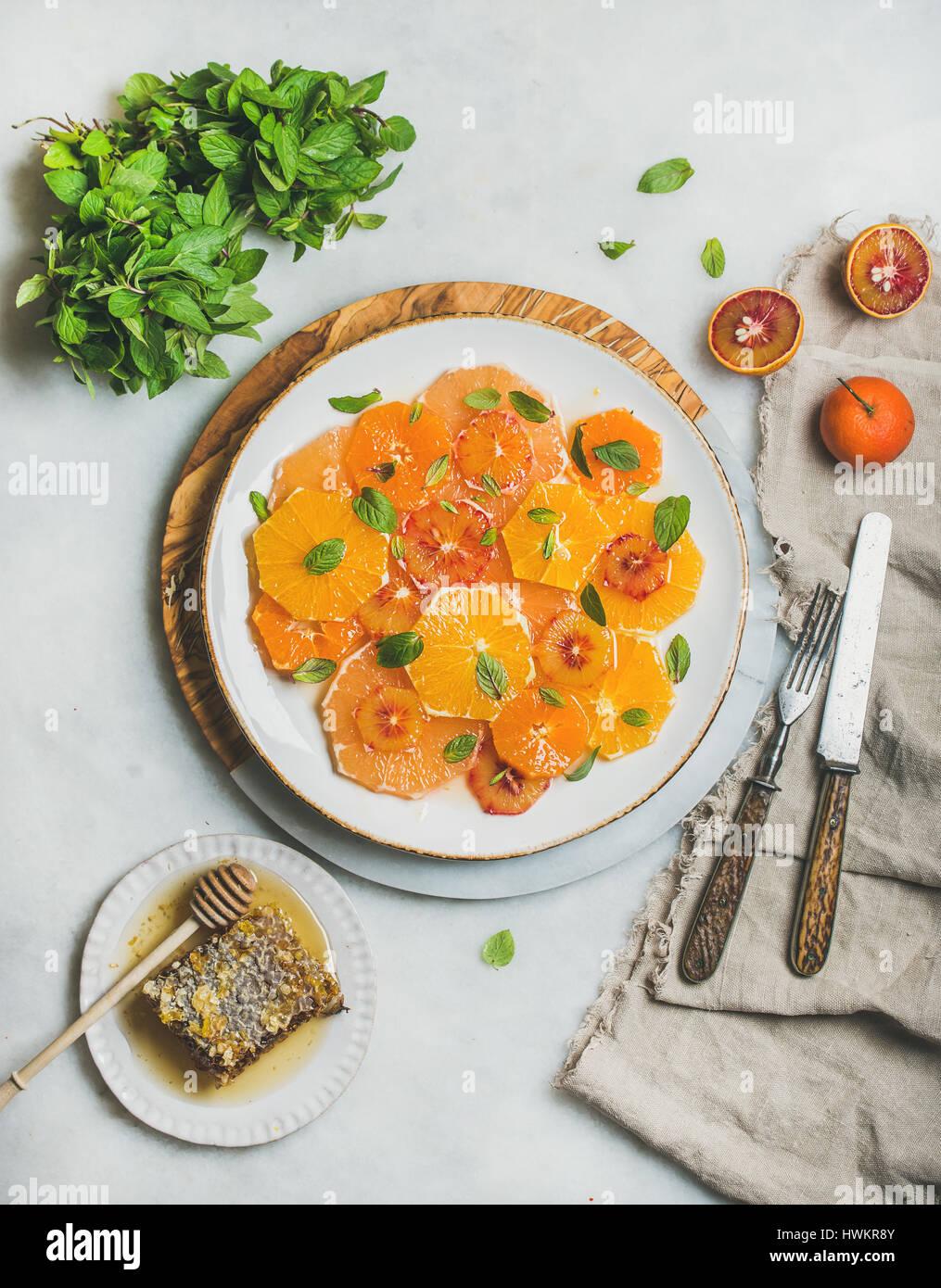 Vegan fresca ensalada de frutas cítricas mezcladas con menta y miel Imagen De Stock