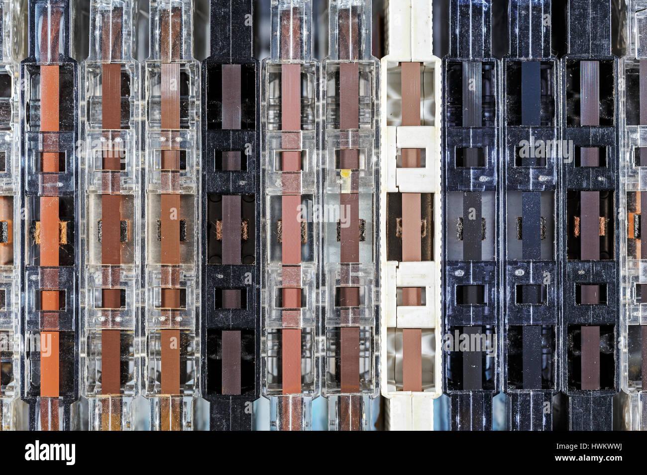Viejos Cassettes compactos y polvorientas dispuestas verticalmente en una fila de forma visual el telón de Imagen De Stock